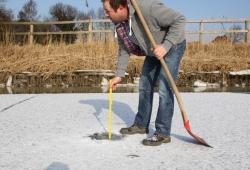 Dinkel: Messung der Eisdicke und Wassertiefe bis zum Grund.