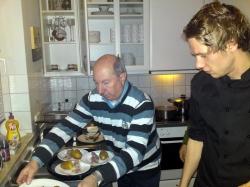 Jochen Schmidt (rechts) und Hans Werner Thiel in der Küche im Vereinsheim.