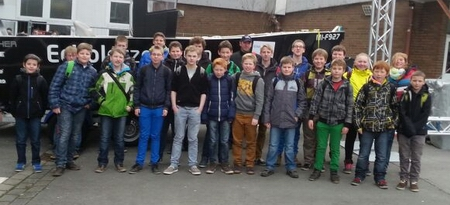 Jugendgruppe des AV Nienborg vor der Messehalle