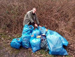 Müllberge am Wichumer See wurden von den Nienborger Anglern beseitigt.